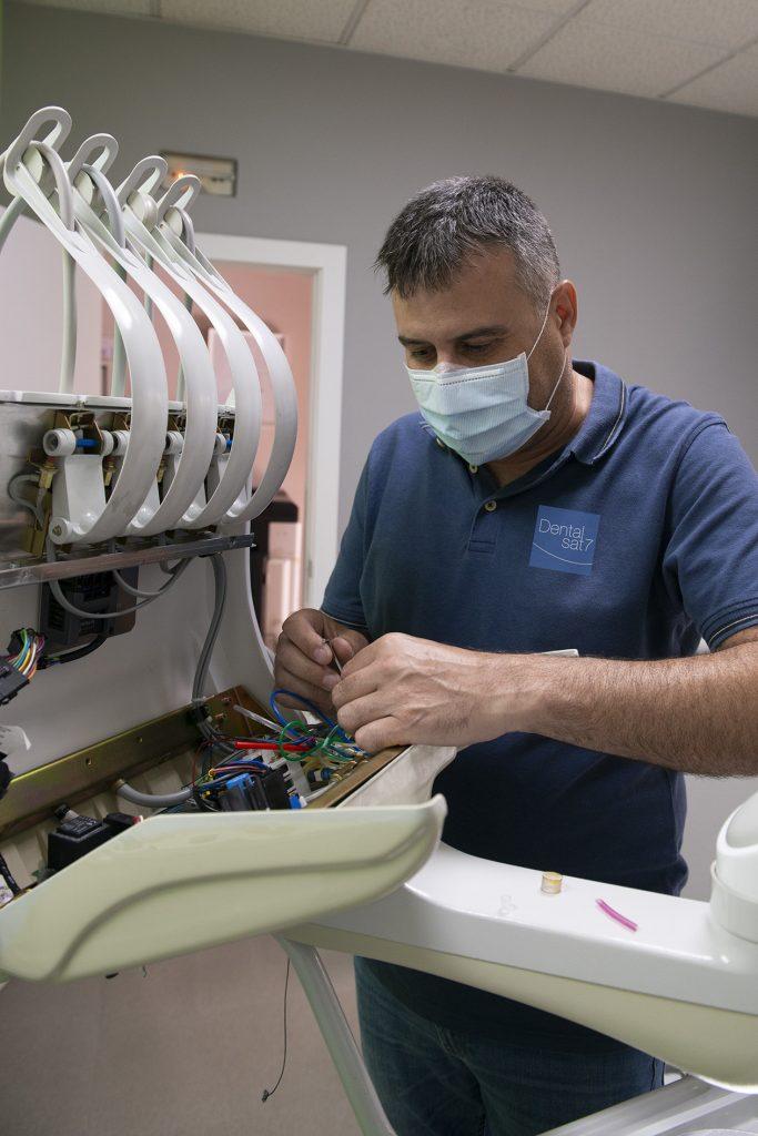 Ismael reparando equipo dental
